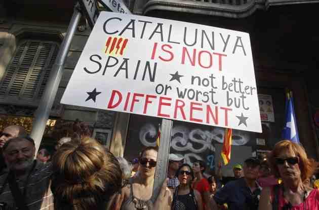 Una pancarta dirigida al món durant la Diada de l'any passat