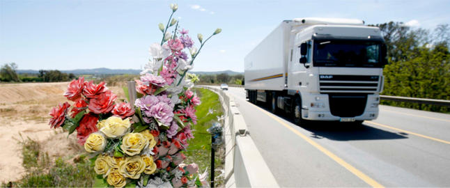 Flors en record d'una víctima mortal al tram en obres de desdoblament de la N-II, entre Caldes i Sils. Foto: ANIOL RESCLOSA