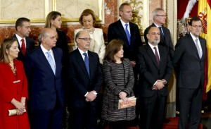 El president del TC, entre Rajoy i Soraya, envoltat per la plana major del PP i el president canari