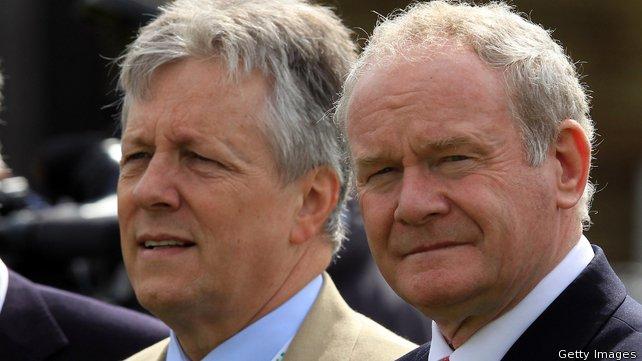 El primer ministre, l'unionista Peter Robinson (esquerra), amb el viceprimer ministre, el nacionalista Martin McGuinness