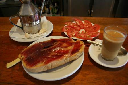 Un esmorzar extremeny, amb el característic pernil de la zona, que deu ser un dels productes que 'mantenen' l'economia espanyola segons Monago